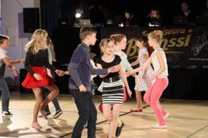 Nuoret tanssivat