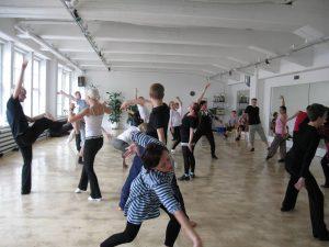 Vapaasti tanssivia ihmisiä tanssitunnilla