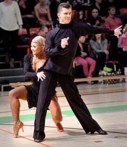 Marius ja Claudia tanssii tanssikilpailussa.