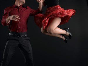 Tanssiva pari, nainen hyppää