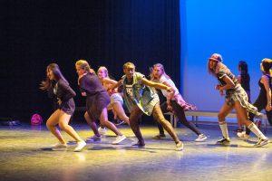 Tanssijoita lavalla esiintymässä.