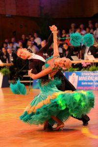 Luca Rossignoli ja Merje Styf tanssimassa vakiotanssikilpailussa