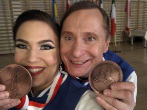 Tuuli ja Timo hymyilevät mitalit kädessä