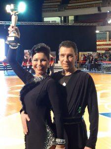 Jarmo ja Marjatta Kouhia hymyilevät palkintopokaalin kanssa