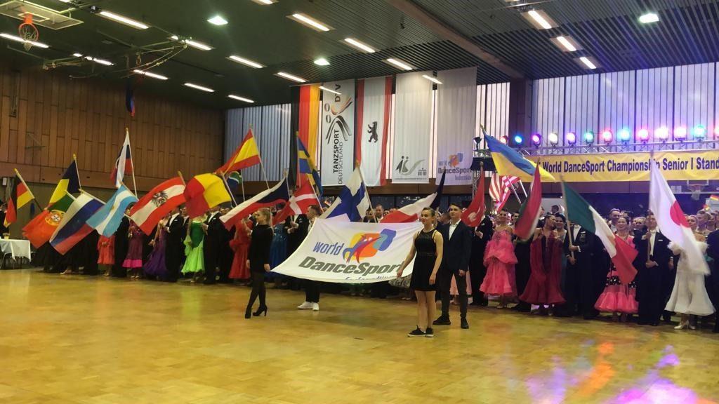 WDSF:n lippu ja osallistujamaiden edustajat lippuineen