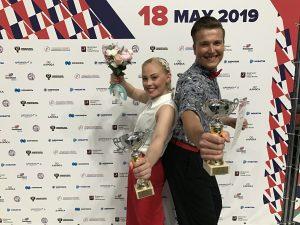 Samuli Kalliala ja Pinja Sarviluoma hymyilevät palkintopokaalit ja kukkakimput käsissään