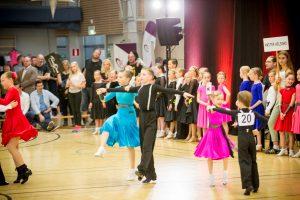 Yleiskuva laspsista ja junioreista tanssimassa kilpalattialla