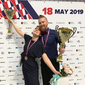 Masi Saurén ja Anna Tyutyunyuk hymyilevät voitokkaina palkintopokaalit ja ruusut käsissään