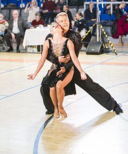 Jari Laatta ja Wilma Lahti parketilla tanssin syleilyssä
