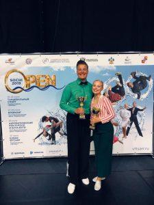 Samuli Kalliala ja Pinja Sarviluoma palkintopokaalit käsissään