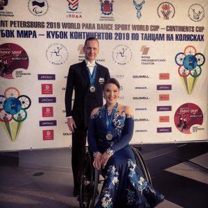 Tuuli Harju ja Timo Pyykkönen hymyilevät mitalit kaulassa