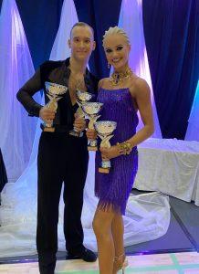 Gleb Bannikov ja Ada Varstala hymyilevät, kummallakin kaksi palkintopokaalia käsissään