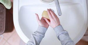 Käsien pesu saippualla vähintään 20 sekunnin ajan