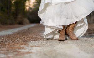 Cowgirl tiellä jalassaan buutsit ja pitkä mekko