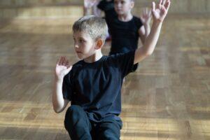 Mustapaitaiset pojat tanssilattialla
